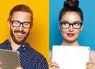 Photo découpée en deux zones. A gauche un homme à lunette sur fond orange avec tablette à la main, à droite femme à lunette avec tablette à la main. Illustration pour les verre Essilor ® Eyezen ™